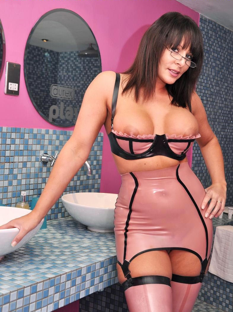 Gallery  Carly G Britains Hottest Milf Escort Based In Kent-8523